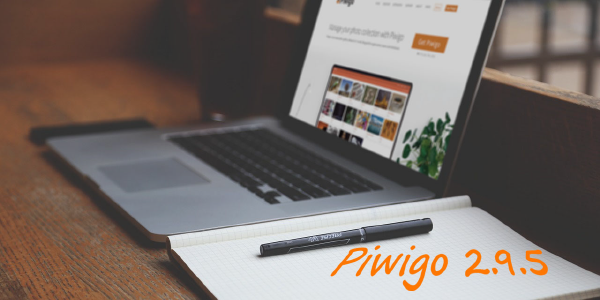 Piwigo version 2.9.5 illustration, with a computer on a desk